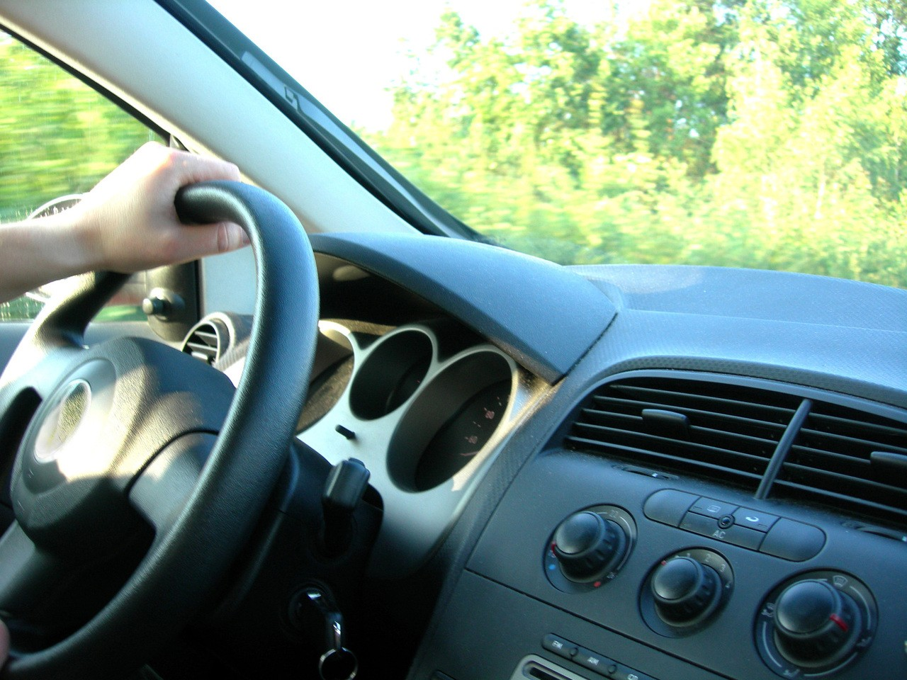 Nadajnik GPS w samochodzie osobowym – jakie korzyści dla kierowcy?